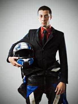 Le bon équipement moto pour aller au bureau en costume