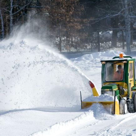 Chasse-neige, route enneigée en cours de déneigement et anti verglas