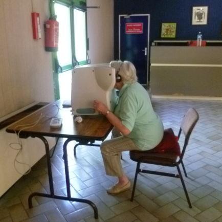 Personne âgée testant sa vue pour bien conduire